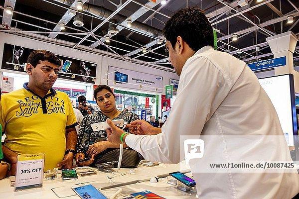 Einkaufszentrum zeigen Verkäufer Mann Angestellter innerhalb kaufen verkaufen Elektronikladen Bombay Indien Smartphone