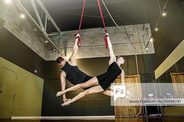 Europäer Seil Tau Strick hängen Studioaufnahme Akrobat