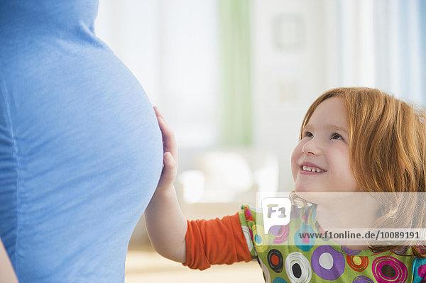 Europäer berühren Schwangerschaft Mädchen Mutter - Mensch