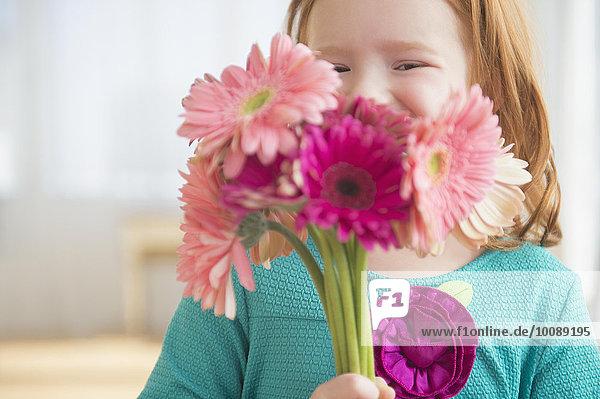 Blumenstrauß Strauß Europäer Blume halten Mädchen