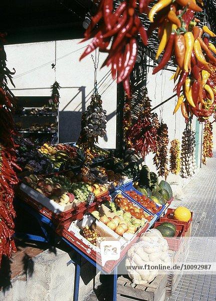 Obst und Gemüse an einem Marktstand