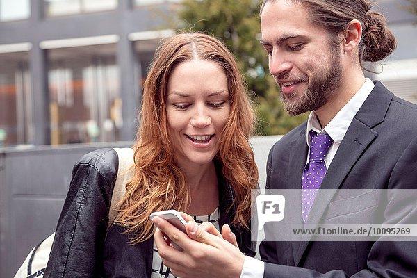 Geschäftsleute  die Informationen über Smartphones austauschen  New York  USA
