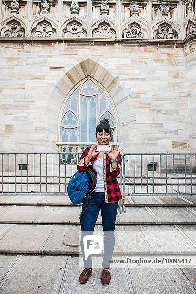 Frau  die Selfie vor der Duomo-Kathedrale  Mailand  Italien nimmt