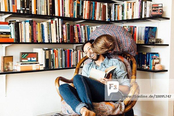 Männliches Paar zu Hause  herumalbern  lachend