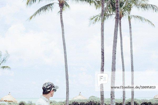 Mittlerer erwachsener Mann mit Blick auf Miami Beach  Florida  USA