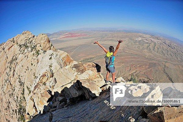 Rückansicht der jungen Kletterin mit offenen Armen auf dem Mount Wilson  Nevada  USA