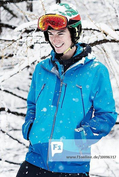 Junger Mann in Skibekleidung im Schnee  Portrait