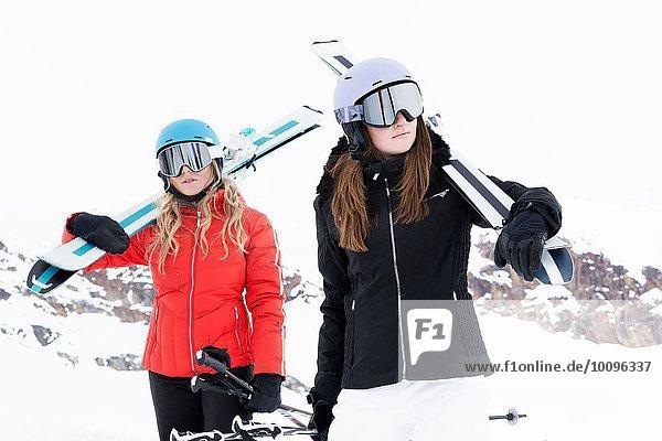 Frauen mit Helm und Skibrille mit Skiern  Portrait