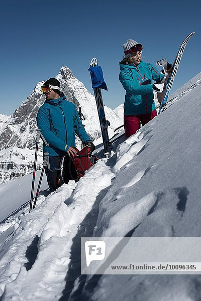 Paar mit Skiern am Berg  Zermatt  Wallis  Schweiz