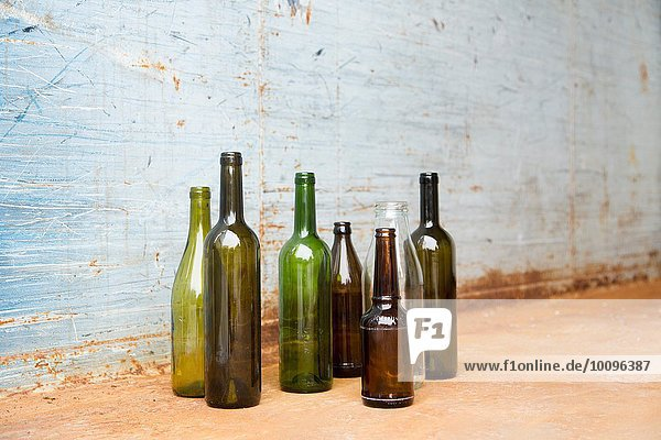 Leere Flaschen zum Recycling vor der Wand