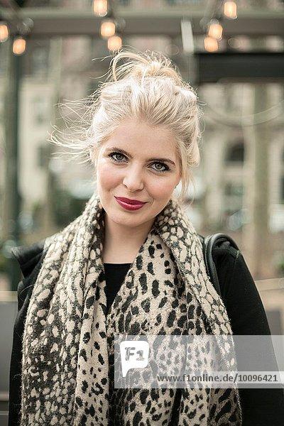Porträt der schönen jungen Frau mit Leopardenmuster-Schal