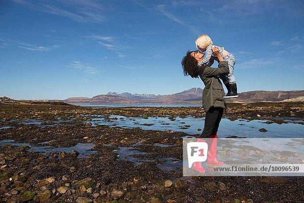 Mutter mit Sohn von Loch Eishort  Isle of Skye  Hebrides  Schottland