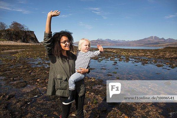 Mutter und Sohn winken  Loch Eishort  Isle of Skye  Hebriden  Schottland