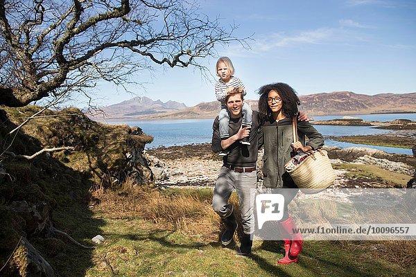 Familie zu Fuß  Vater mit Sohn auf den Schultern  Loch Eishort  Isle of Skye  Schottland