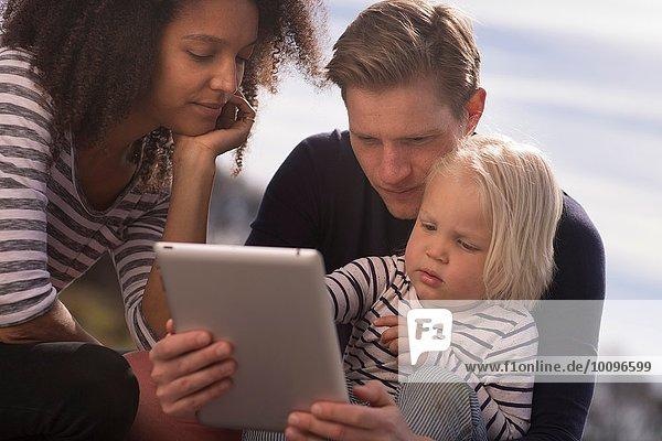 Sohn mit Eltern mit Tablette