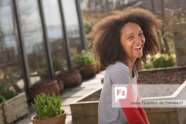 Mittlere erwachsene Frau lacht  Porträt