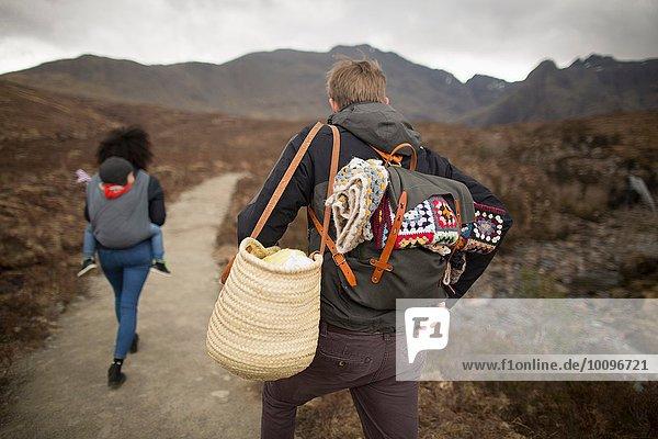 Familienwandern auf dem Weg  Fairy Pools  bei Glenbrittle  Isle of Skye  Hebrides  Schottland