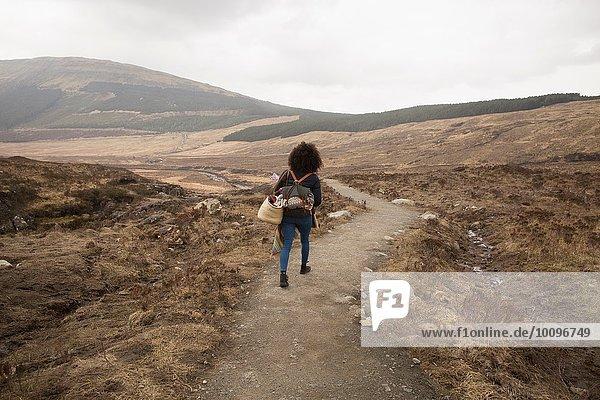 Frau beim Wandern auf dem Weg  Fairy Pools  Isle of Skye  Hebrides  Schottland