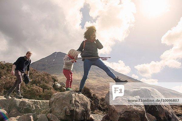 Familienwanderung über Felsen  Fair Pools  Isle of Skye  Hebrides  Schottland