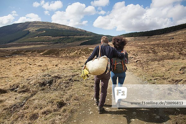 Pärchenwandern in den Hügeln  Fairy Pools  Isle of Skye  Hebrides  Schottland