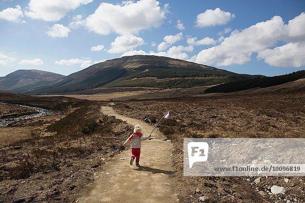 Junge auf dem Weg mit Fahne  Fairy Pools  Isle of Skye  Hebrides  Schottland