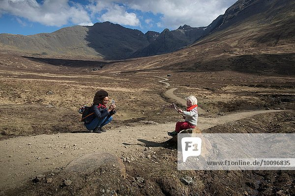 Mutter fotografiert Sohn  Fairy Pools  Isle of Skye  Hebrides  Schottland