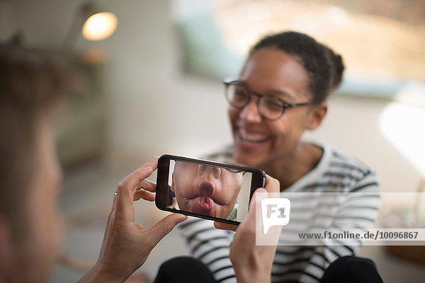 Person mit Smartphone  Frau lachend