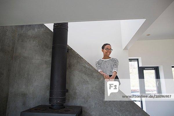 Mittlere erwachsene Frau im modernen Wohnbereich