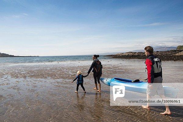 Familie mit Kanu am Strand  Loch Eishort  Isle of Skye  Hebrides  Schottland
