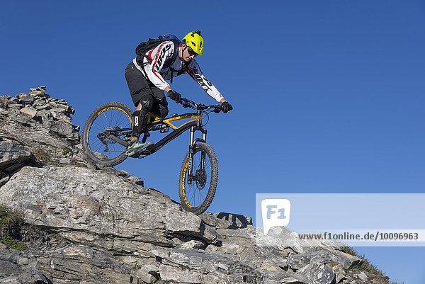 Freeride Mountainbiker fährt über Felsen  Serles  Mühlbachl  Tirol  Österreich  Europa