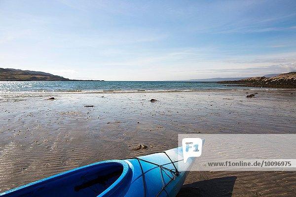 Blaues Kanu am Strand  Loch Eishort  Isle of Skye  Hebrides  Schottland