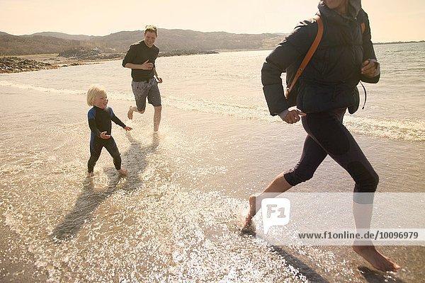 Familienlauf am Strand  Loch Eishort  Isle of Skye  Hebrides  Schottland