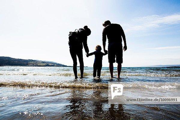 Familie hält Hände am Strand  Loch Eishort  Isle of Skye  Hebrides  Schottland