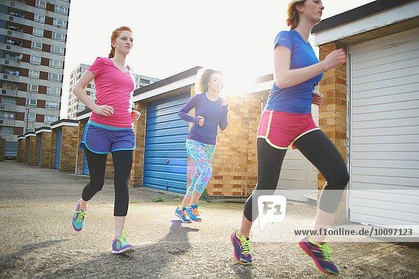Drei Frauen beim gemeinsamen Training und Joggen