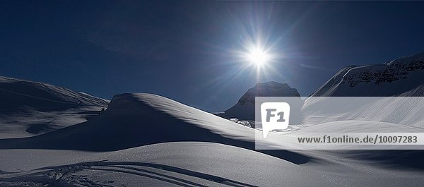 Schneebedeckte Landschaft bei Sonnenuntergang  Flaine  Frankreich