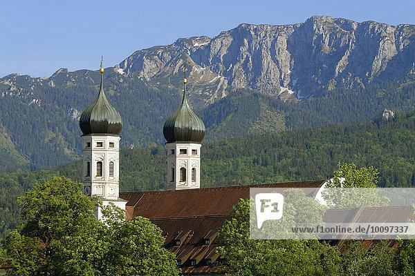 Kloster Benediktbeuern vor der Benediktenwand  Oberbayern  Bayern  Deutschland  Europa