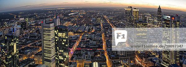 Ausblick über die Stadt vom Maintower in der Dämmerung  Frankfurt am Main  Hessen  Deutschland  Europa