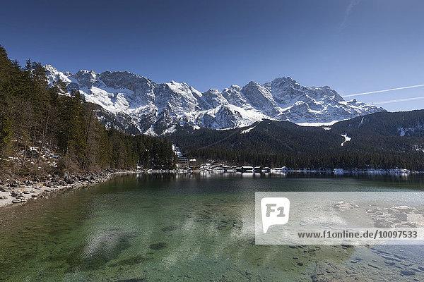 Der Eibsee vor der Zugspitze  Grainau  Oberbayern  Bayern  Deutschland  Europa