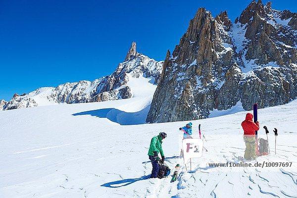 Drei reife Skifahrer bei der Vorbereitung der Skiausrüstung im Mont-Blanc-Massiv  Grajische Alpen  Frankreich