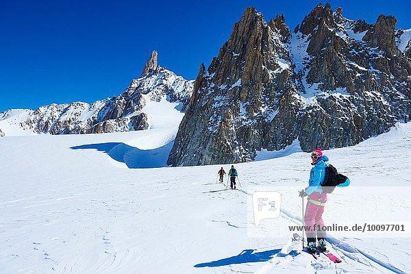 Drei Skifahrer auf dem Mont-Blanc-Massiv  Grajische Alpen  Frankreich