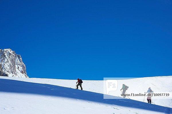 Scherenschnitt von drei Skifahrern beim Aufstieg auf das Mont-Blanc-Massiv  Graische Alpen  Frankreich