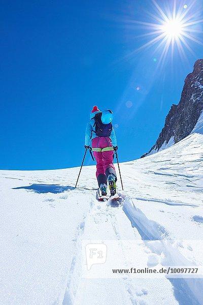 Rückansicht der reifen Skifahrerin beim Aufstieg auf das Mont-Blanc-Massiv  Graian Alps  Frankreich