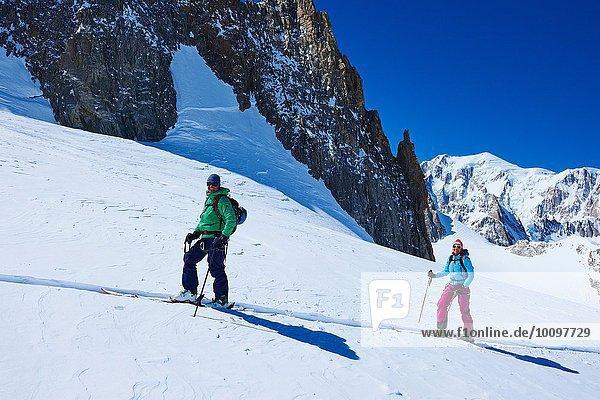 Reife Skifahrerinnen und Skifahrer auf dem Mont Blanc-Massiv  Graian Alps  Frankreich