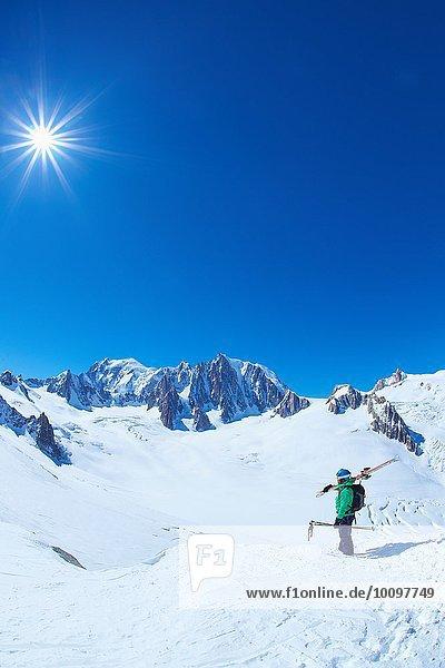 Älterer Skifahrer mit Blick auf das Mont-Blanc-Massiv  Graian Alps  Frankreich