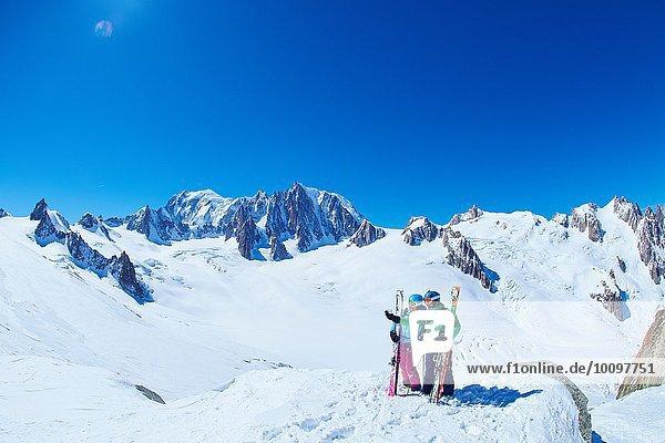 Reife Skifahrer und Skifahrerinnen auf dem Bergrücken des Mont-Blanc-Massivs  Graian Alps  Frankreich