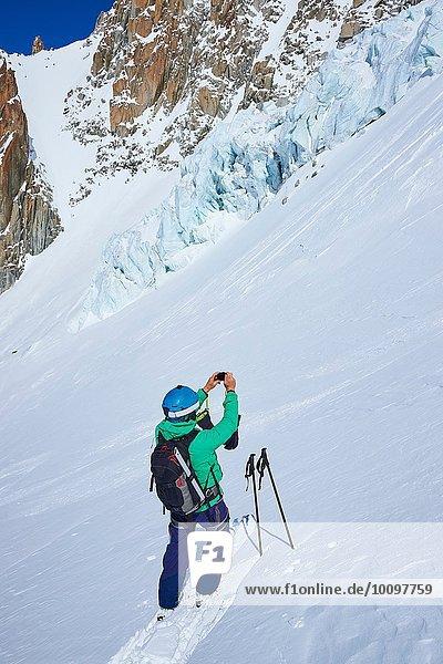 Skifahrer fotografiert mit dem Smartphone im Mont-Blanc-Massiv  Graian Alps  Frankreich