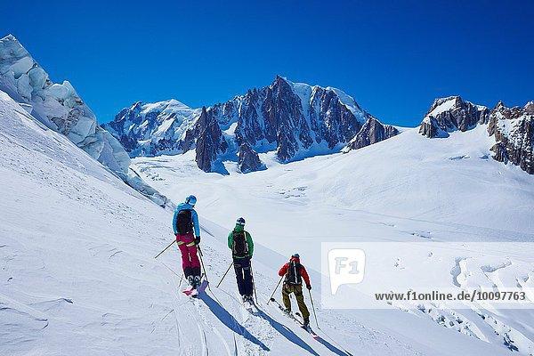 Drei erwachsene Skifahrer nebeneinander auf dem Mont-Blanc-Massiv  Graian Alps  Frankreich