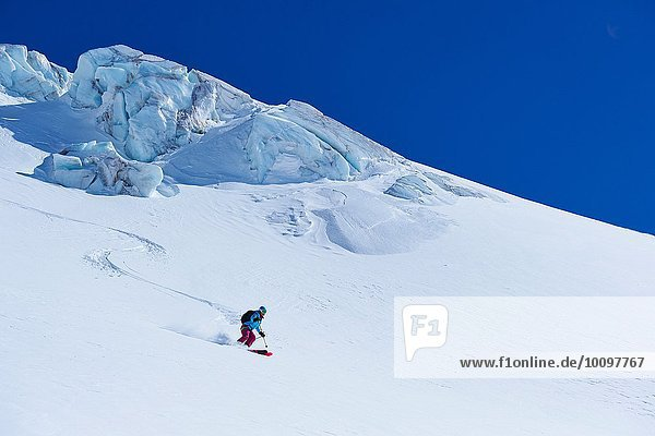 Skifahrerin beim Abstieg vom Mont-Blanc-Massiv  Graian Alps  Frankreich