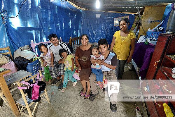 'Familie in einer ärmlichen Baracke  Armenviertel ''200 Zone D''  Huaycan  Lima  Peru  Südamerika'