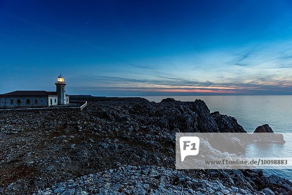 Blick auf den Leuchtturm Punta Nati in der Abenddämmerung  Menorca  Spanien
